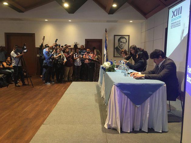 Entrega del Premio a la Excelencia del Periodismo Pedro Joaquín Chamorro, origen de una dinastía periodística en Nicaragua, de la Fundación Violeta Barrios de Chamorro. Durante el acto, el 9 de enero en Managua, se lanzó también un informe sobre la dura represión al periodismo durante 2018. Crédito: José Adán Silva/IPS