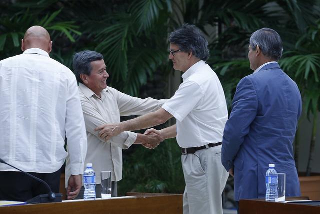 Pablo Beltrán (I), del Ejército de Liberación Nacional, y el representante del gobierno colombiano, Gustavo Bell (D), se estrechan las manos durante el diálogo de paz entre las dos partes que se desarrolló desde el año pasado en La Habana y que ha quedado congelado. Crédito: Jorge Luis Baños/IPS