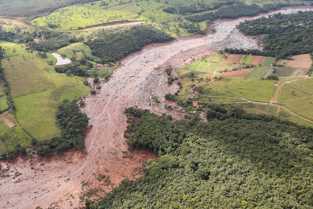 El Córrego do Feijão (riachuelo del Frijol), sepultado por el desbordamiento del depósito de residuos minerales de la mina de hierro de la empresa Vale, en Brumadinho, en el estado de Minas Gerais, en el sureste de Brasil, donde centenares de represas de relaves amenazan a la población, los ríos y la naturaleza. Crédito: Isac Nóbrega/PR-Fotos Públicas