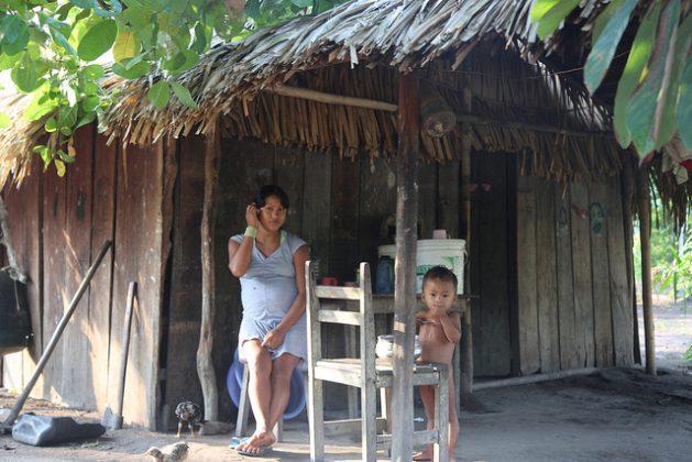 Una madre recién entrada en la adolescencia, junto a su pequeño hijo y embarazada de nuevo, en la aldea indígena Sawré Muybu, en el estado amazónico de Pará, en el norte de Brasil. El embarazo adolescente es uno de los problemas comunes que afronta América Latina. Crédito: Fabiana Frayssinet/IPS