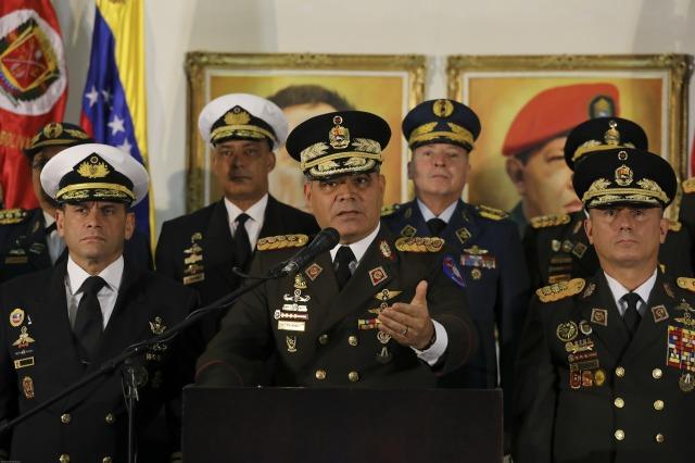 El general Vladimir Padrino, ministro de Defensa y cabeza del alto mando de la Fuerza Armada Nacional Bolivariana de Venezuela, mientras ratificaba el jueves 24 de enero su respaldo como presidente constitucional a Nicolás Maduro. Crédito: Palacio de Miraflores