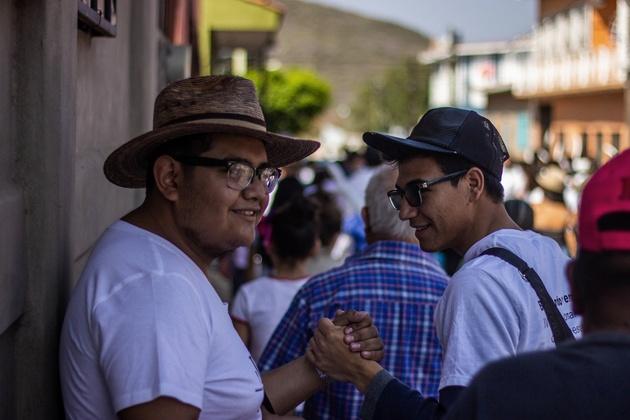 Edwin Hernández González, de 23, y Ernesto Mello Ulloa, de 19, se acompañan en la búsqueda de personas desaparecidas por los poblados del suroccidental estado de Guerrero. Crédito: Efraín Tzuc/Pie de Página