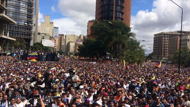 Multitudes regresaron a las calles de Caracas y decenas de otras ciudades de Venezuela, para expresar descontento por la crisis económica y reclamo de cambio en la conducción del país. Crédito: Asamblea Nacional
