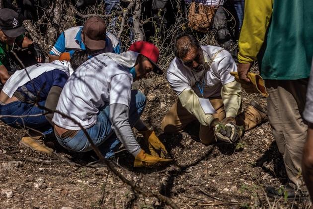 Kevin Guzmán, de 25 años, participa junto con su hermana Tania, de 23, en la Brigada de Búsqueda de Desaparecidos de este año en México. Crédito: Efraín Tzuc/Pie de Página