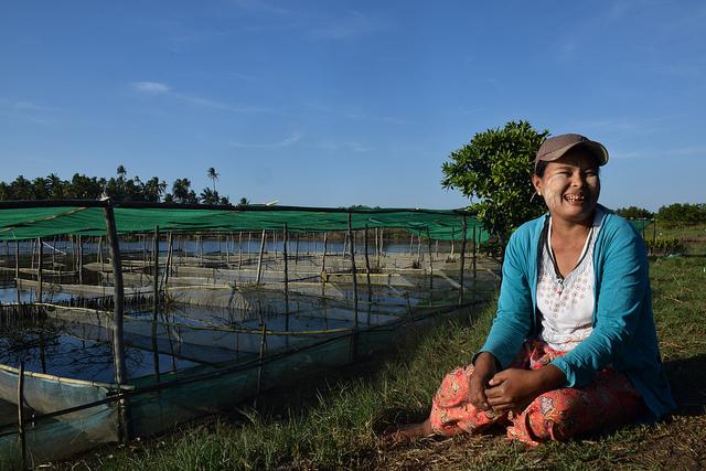 La cultivadora de almejas Thein Thein Sein está feliz frente a su granja en Myagi, una de las aldeas de pescadores de Shwe Thaung Yan, en la región de Ayyerwady, en Birmania (Myanmar). Crédito: Stella Paul/IPS