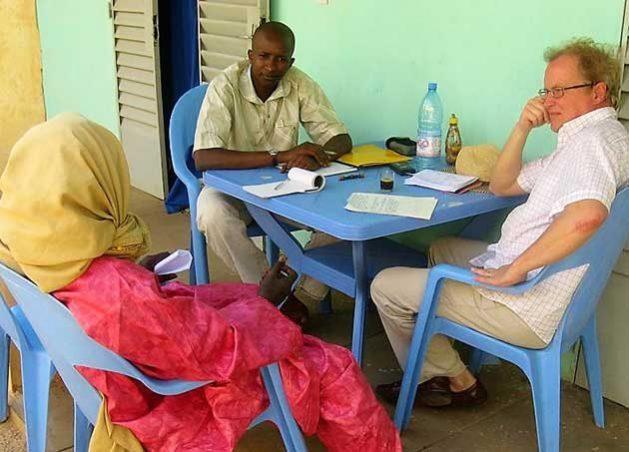 Jan Landius entrevista a un morabito en un pueblo al norte de la ciudad de Markala, en Mali. Crédito: Mamadou Demblele.