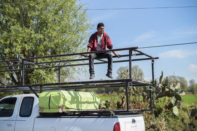 Pedro Servar, vecino de Tlahuelilpan y fabricante de ataúdes, se presenta en el lugar de la explosión para donar uno de sus féretros. Crédito: Ximena Natera/Pie de Página