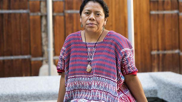 La galardonada guatemalteca Aura Lolita Chávez, lideresa de del Consejo de Pueblos K'iche's, se ha visto forzada a refugiarse en España por las amenazas de muerte y agresiones por su lucha contra las actividades de grupos empresariales que afectan el ambiente y los territorios indígenas en su país. Crédito: Cortesía ETB