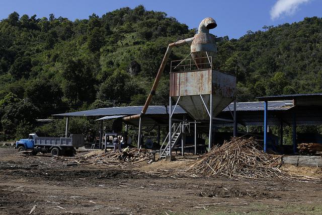 Exterior de la nave donde funciona el aserradero de la estatal Empresa Agroforestal Guamá, en la provincia de Santiago de Cuba, en el este del país, al lado de una de las boscosas montañas que caracterizan al municipio de Guamá. Crédito: Jorge Luis Baños/IPS