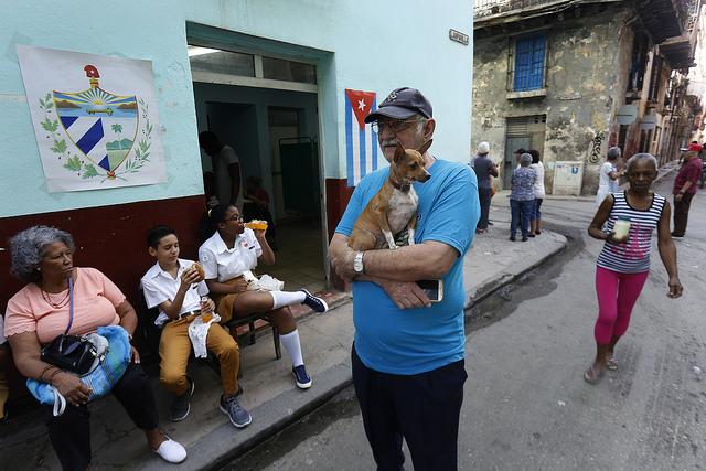 Un grupo de personas permanece en la entrada de un colegio electoral en La Habana, el 24 de febrero, durante el referendo sobre la nueva Constitución de Cuba. Crédito: Jorge Luis años/IPS