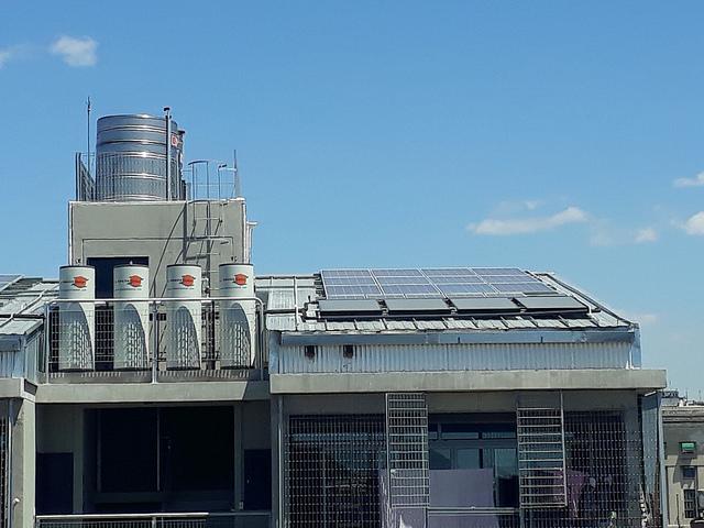 En los techos del nuevo conjunto de viviendas sociales en la Villa 31, en la capital argentina, se instalaron 174 paneles solares y 55 termotanques alimentados con energía solar. Cada termotanque tiene una capacidad de 300 litros y abastece a dos viviendas, bajo el criterio de que en cada departamento viven en promedio tres personas, que requieren 50 litros diarios de agua caliente. Crédito: Daniel Gutman/IPS