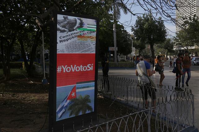 Un cártel con la consigna #YoVotoSí, desplegado en una céntrica zona de La Habana, parte de la masiva campaña del gobierno a favor del voto afirmativo en el referendo sobre una nueva Constitución, que se celebrará en Cuba el domingo 24. Crédito: Jorge Luis Baños/IPS