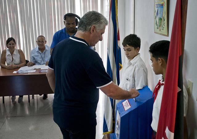 El presidente de Cuba, Miguel Díaz-Canel, ejerce su derecho al voto durante el referendo constitucional en La Habana, el domingo 24 de febrero. Crédito: Ramón Espinosa-AP/POOL-IPS