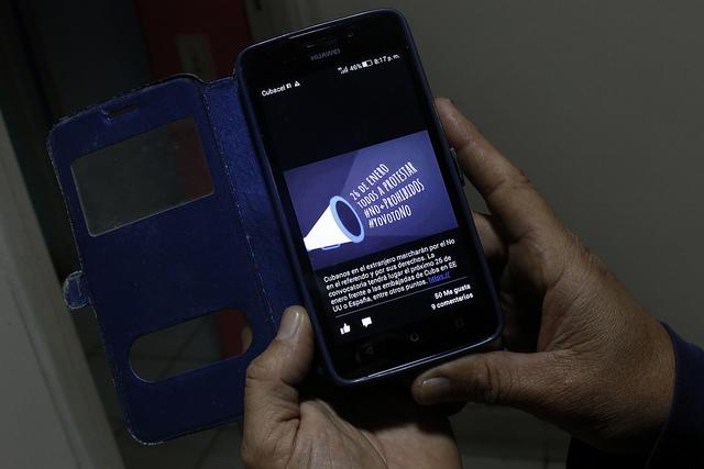 Imagen en una pantalla de un teléfono celular de una convocatoria de la campaña #YovotoNo, que pide rechazar el texto de la nueva Constitución en el referendo del domingo 24 en Cuba. Los opositores a la reforma se han visto restringidos a las redes sociales y otras iniciativas de corto alcance para dar a conocer su posición. Crédito: Jorge Luis Baños/IPS