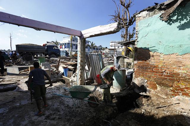 Integrantes de una brigada de construcción trabajan en la reparación de una vivienda entre los escombros dejados por un tornado que azotó La Habana, en el municipio de Regla, en la capital de Cuba. Crédito: Jorge Luis Baños/IPS
