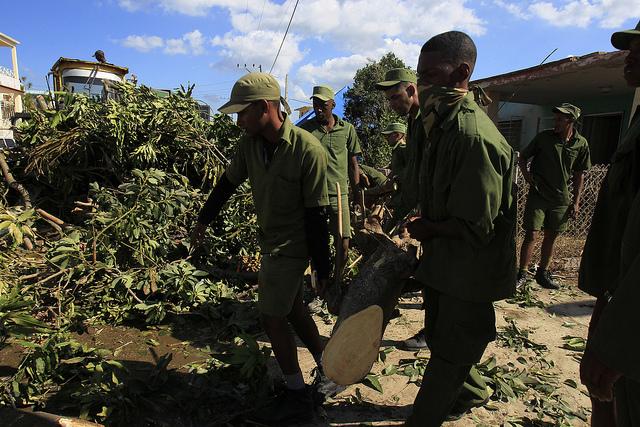 Jóvenes soldados de las Fuerzas Armadas Revolucionarias de Cuba realizan tareas de limpieza en uno de los barrios de La Habana, que fueron azotados la noche del 27 de enero por un tornado de especial intensidad. Crédito: Jorge Luis Baños/IPS