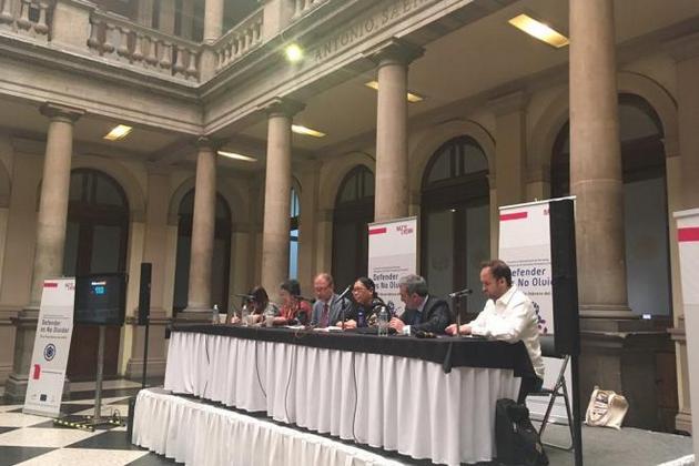 Relatores especiales sobre diferentes aspectos de derechos humanos participan en la clausura, el 18 de febrero, del encuentro latinoamericano de defensores de derechos humanos y periodistas, en Ciudad de México. Crédito: Cortesía de CMDPDH