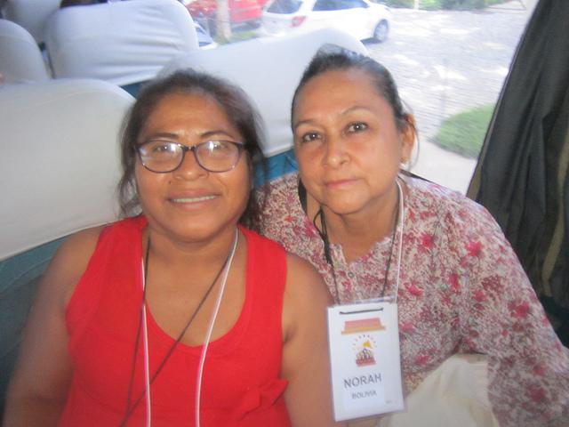 La boliviana Norah Salcedo (D) y la peruana Silvia Uieacu, de Peru, participantes en el primer encuentro de afectados por la enfermedad de Hansen, la lepra, que se quejaron de la precariedad de la atención en sus países a las personas que tienen el mal. Crédito: Mario Osava/IPS