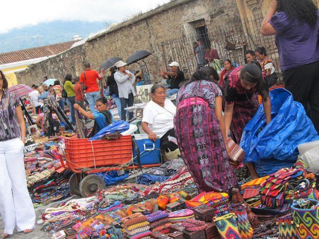 Mujeres indígenas venden artesanías en un mercado en la calle, en la turística ciudad de Antigua, en Guatemala. La venta ambulante es una de las actividades, casi siempre en situación informal, en que deben refugiarse las mujeres en América Latina, ante la persistente falta de empleo decente para ellas. Crédito: Mariela Jara/IPS