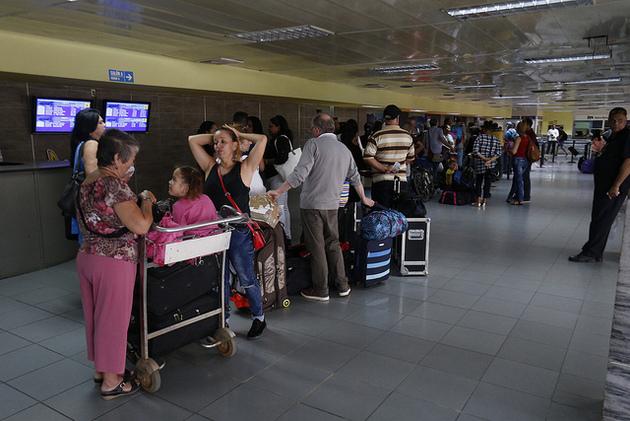 Algunos viajeros hacen fila para entrar al área de abordaje de su vuelo dentro de la terminal aérea 1 del Aeropuerto Internacional José Martí de La Habana, en la capital de Cuba. Crédito: Jorge Luis Baños/IPS