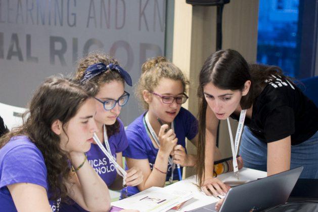 Emprendedoras y beneficiarias de Chicas en Tecnología, una organización argentina que impulsa la participación de las adolescentes en la creación de programas y aplicaciones digitales entre otras áreas, mientras revisan el desarrollo de un proyecto. Crédito: Chicas en Tecnología
