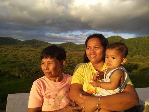 Eluminada Roca, de 70 años, Janeline Garcia, de 32, y su hijo de nueve mese, la mayor y el menor del pueblo de San Isidro participan en la recuperación de la turbera de la cuenca de Leyte Sab-a. Crédito: Stella Paul/IPS