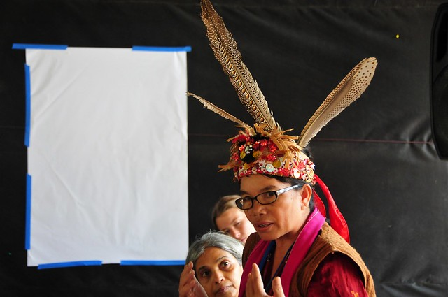 Maridiana Deren, una activista ambiental de Indonesia, mientras explicaba como las compañías de aceite de palma estaban destruyendo la forma de vida de los pueblos indígenas. Los defensores indígenas de su ambiente se enfrentan a crecientes amenazas por su labor de protección de los bosques. Crédito: Amantha Perera/IPS