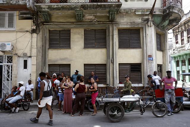 Un grupo de personas hace fila durante este mes de abril para adquirir cemento y pintura, en el exterior de un Mercado Artesanal Industrial, un establecimiento estatal que vende al detal a la población, en el municipio capitalino de Centro Habana, en la capital de Cuba. Crédito: Jorge Luis Baños/IPS
