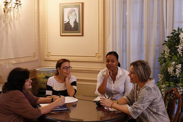 De izquierda a derecha, las investigadoras Mayda Álvarez, María del Carmen Franco, Yenelis Díaz y Anays Montequín, que conversaron con IPS sobre el impacto que aspiran de los resultados de la encuesta, en la sede de la Federación de Mujeres de Cuba en La Habana, la capital de Cuba. Crédito: Jorge Luis Baños/IPS