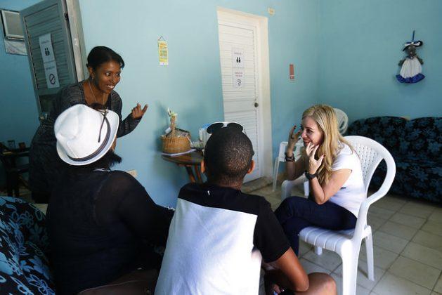 Las psicólogas Valia Solís (I) y Rocío Fernández brindan apoyo especializado a Algeldris Pérez y su hijo adolescente, presunta víctima de agresión sexual hace tres años, pero que solo lo contó ahora. Tanto ellos como la pareja de ella, con quien se confió el adolescente, reciben respaldo en el Centro Cristiano de Reflexión y Diálogo de la ciudad de Cárdenas, en Cuba. Crédito: Jorge Luis Baños/IPS