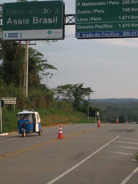 La carretera interoceánica binacional, en la fronteriza ciudad de Assis, en el noroeste de Brasil, con carteles que indican las distancias a varias ciudades de Perú. Esa fue una de las obras de infraestructura que construyó Odebrecht, después de repartir sobornos, según las investigaciones realizadas en los dos países vecinos. Crédito: Mario Osava/IPS