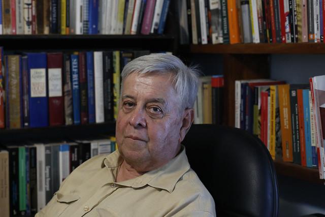 El diplomático, educador y escritor Carlos Alzugaray, miembro de la Unión de Escritores y Artistas de Cuba, en su estudio en el barrio del Vedado, en La Habana. Crédito: Jorge Luis Baños/IPS