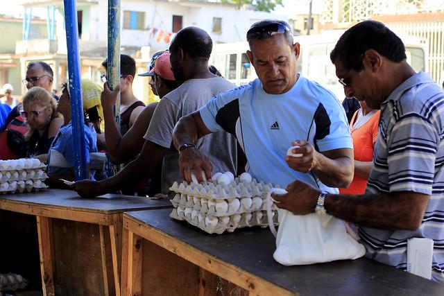 Consumidores adquieren huevos, uno de los alimentos que más escasean desde hace meses en Cuba, en una feria al aire libre en el municipio de Regla, en La Habana. La población teme regresar a un nuevo periodo especial, la fase inicial y más aguda de la crisis económica iniciada en 1991 en la isla y que aún perdura. Crédito: Jorge Luis Baños/IPS