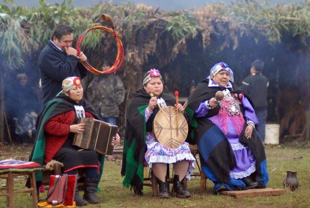 Miembros del pueblo mapuche, que habita el centro y el sur de Chile y el suroeste de Argentina, celebran su Año Nuevo. Las comunidades indígenas son parte de la vanguardia en la lucha contra la degradación de la tierra. Crédito: Fernando Fiedler/IPS