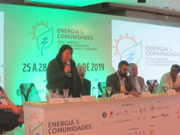 La abogada Joenia Wapichana, la primera indígena diputada en Brasil, habla en la apertura del Simposio sobre Soluciones Energéticas para Comunidades de la Amazonia, en la ciudad de Manaus. Ella es de Roraima, el estado con alta población indígena del noreste brasileño que sufre una grave crisis energética por el cese del suministro del vecino Venezuela. Crédito: Mario Osava/IPS