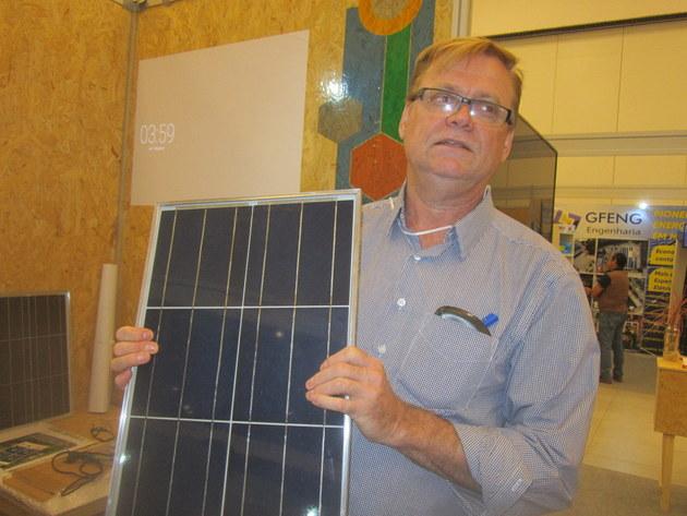 Willi Seilert, del Instituto I9SOL, explica cómo se fabrican sus paneles fotovoltaicos durante la Feria y Simposio sobre Soluciones Energética para Amazonia, realizada en Manaus. Él tiene un proyecto para diseminar mil pequeñas fábricas de paneles en Brasil, para asi abaratar la generación fotovoltaica en comunidades pobres. Crédito: Mario Osava/IPS