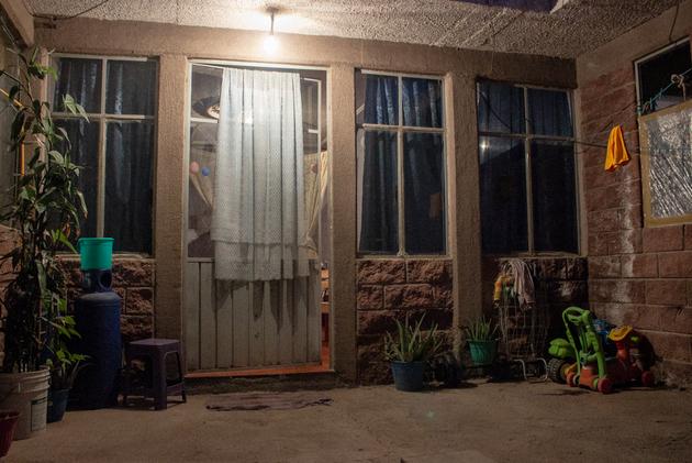 La vivienda donde Ricardo Varona vive, en Chimalhuacán, en las afueras de Ciudad de México, a donde Ricardo Varona tarda dos horas en llegar a su trabajo cada día. Crédito: Eva Morlang/Pie de Página