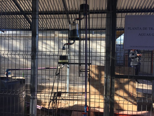 Vista del filtro para limpiar aguas, ideado en el Liceo Politécnico de Ovalle, construido por un grupo de profesores y alumnos del centro, con financiamiento del gobierno de la región de Coquimbo, en el norte de Chile. Su costo unitario es de 2.170 dólares y va a potenciar el reciclaje del agua en las escuelas de este municipio semiárido. Crédito: Orlando Milesi/IPS