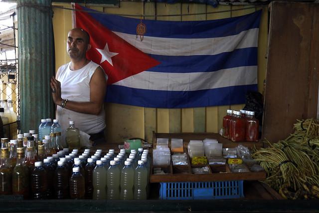 Un vendedor de un local alimentario por cuenta propia, como se llaman en Cuba a los emprendimientos autónomos o privados, aguarda la llegada de clientes en un mercado agropecuario de La Habana. Crédito: Jorge Luis Baños/IPS