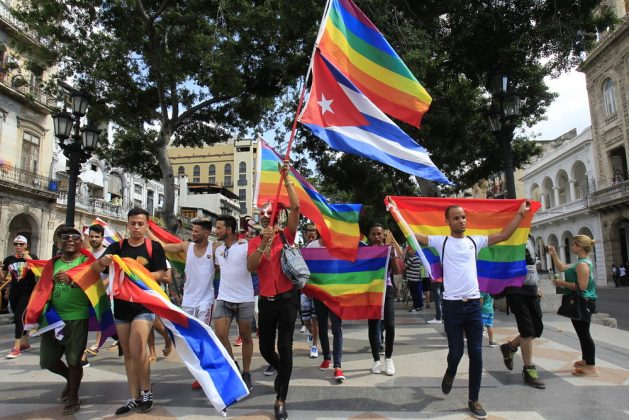 Activistas de la comunidad LGBTI participan el 11 de mayo en una caminata por Paseo del Prado de La Habana, autoconvocada en por las redes sociales, en coincidencia con las actividades de las 12 Jornadas Cubanas de Lucha contra la Homofobia y la Transfobia, pero independiente a ellas. Crédito: Jorge Luis Baños/IPS