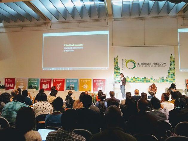 La colombiana Amalia Toledo presenta la campaña antimachista latinoamericana para medios digitales Alerta Machitroll, el 15 de mayo, en una conferencia previa al Foro de Internet de Estocolmo, el SIF 2019, realizada en la sede de la Agencia Sueca de Cooperación Internacional para el Desarrollo. Crédito: Ivet González/IPS