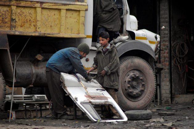 Un estudio realizado en 2009 reveló que en Cachemira, casi 250.000 niños y niñas trabajaban en talleres de reparación de vehículos, fábricas de ladrillos, el servicio doméstico o como tejedores de alfombras o bordadores de tejidos tradicionales. La mayoría son huérfanos del conflicto en la región de India. Crédito: Umer Asif/IPS