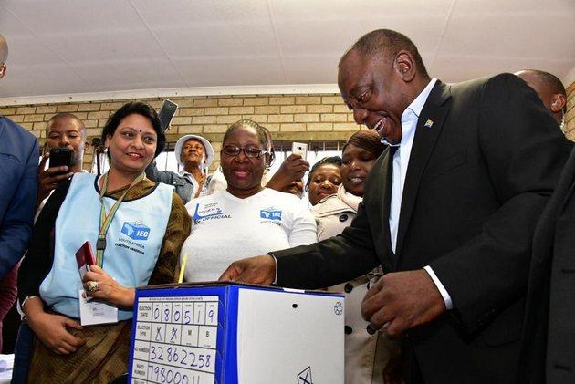 Cyril Ramaphosa, presidente interino de Sudáfrica desde febrero de 2018, vota en los comicios del 8 de mayo, en que este economista, político, rico empresario y activista sindical de 66 años y quien coordinó la redacción de la actual Constitución del país, fue ratificado para dirigir el país los próximos cinco años. Crédito: Cyril Ramaphosa.