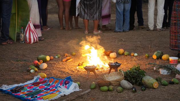 Ofrendas al río Verde, durante el tributo de los comuneros a sus aguas, en Jamiltepec, en el suroeste de México. Crédito: Antonio Mundaca/Pie de Página