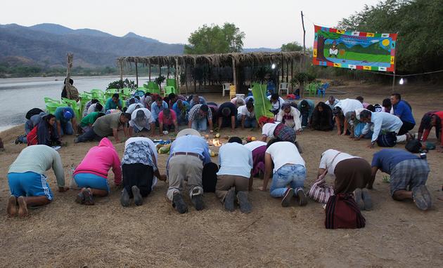 Tributo de miembros de la comunidad Paso de la Reina al río verde, en Jamiltepec, Oaxaca. Crédito: Antonio Mundaca/Pie de Página