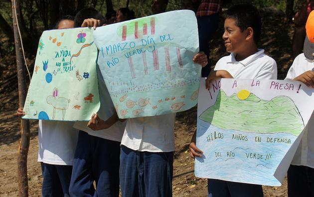 Desde niños, en la costa oaxaqueña se les inculca la resistencia comunitaria y la defensa de los recursos naturales. Crédito: Antonio Mundaca/Pie de Página