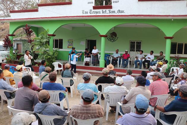 Asamblea en las Trojes, en Oaxaca, para unirse a la resistencia contra el proyecto hidroeléctrico que afectaría a todas las comunidades de la cuenca. Crédito: Antonio Mundaca/Pie de Página