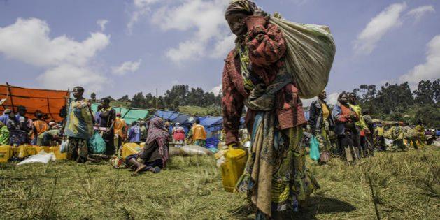 Familias desplazadas en la provincia de North Kirvu, en República Democrática del Congo reciben algunos productos domésticos. Crédito: Martin Lukongo/NRC