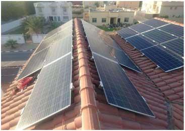 Paneles solares instalados en el techo de unos edificios residenciales en Dubái. Crédito: Beacon Energy Solutions