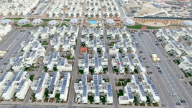 Vista aérea parcial del complejo urbanístico residencial Ciudad Sostenible de Dubái, considerado un modelo de eficiencia energética en el emirato, proyectada para lograr emisiones netas cero. Crédito: Ciudad Sostenible